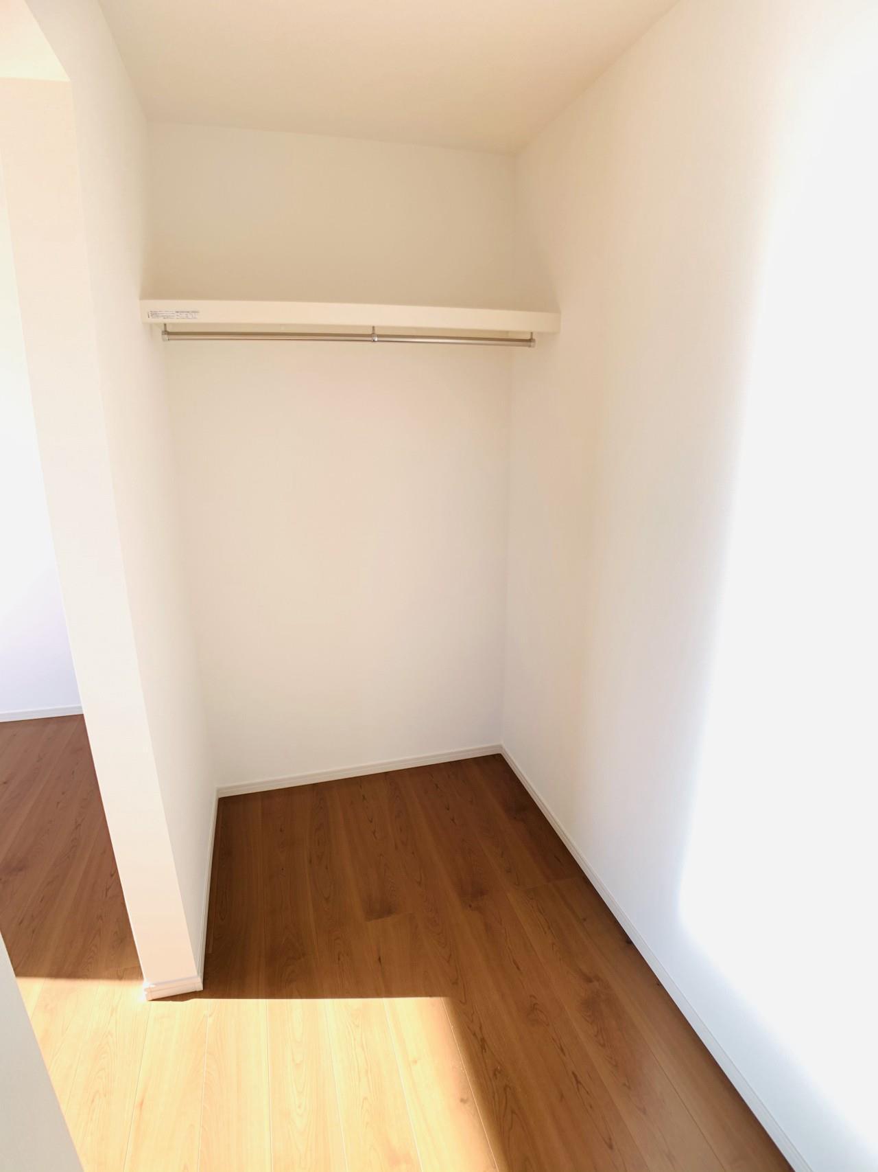 2号棟|6帖洋室のウォークインクローゼット。お子様の成長に合わせて、荷物が増えても安心の収納力です。