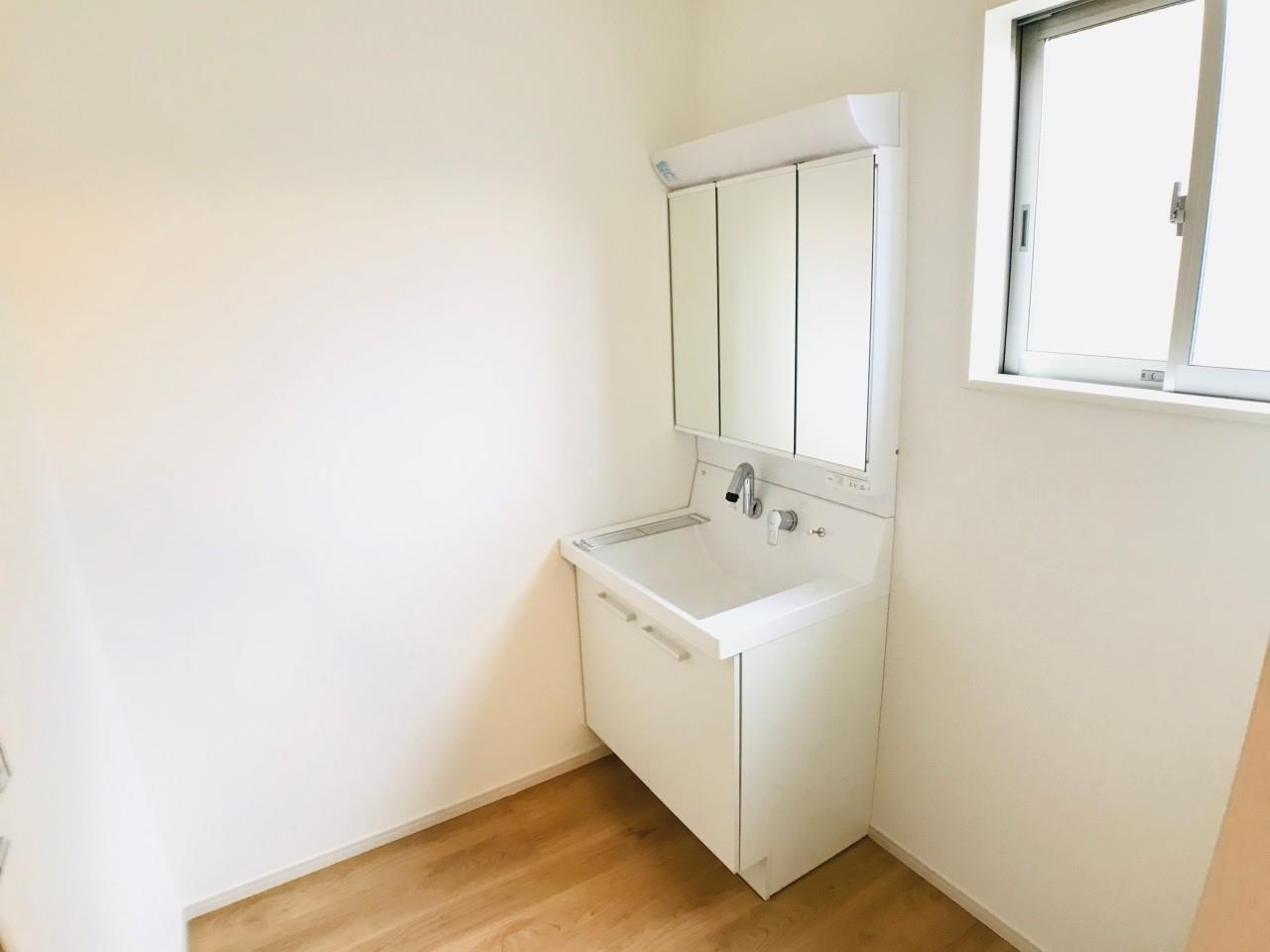 洗面台・洗面所3号棟|3面鏡が収納として使えるシャワー付き洗面化粧台。スプレーやコンタクトの洗浄液など、背の高い物もスッキリ収納できます!