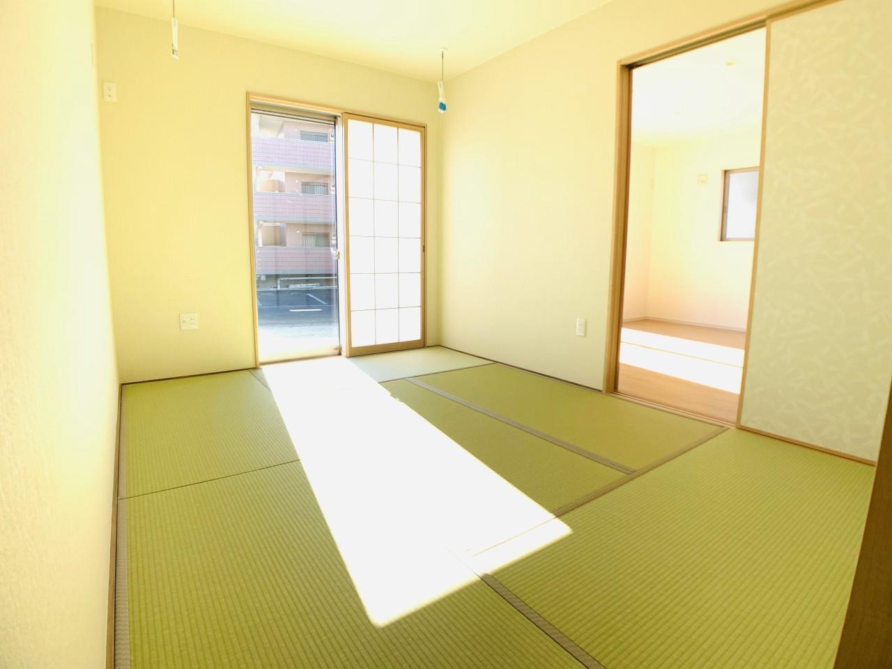 3号棟|「続き間の和室」は子育て世代にこそ適しています。お子様のお昼寝スペースや、洗濯物をたたむのに便利です。客間やリビングの延長としても使えます。