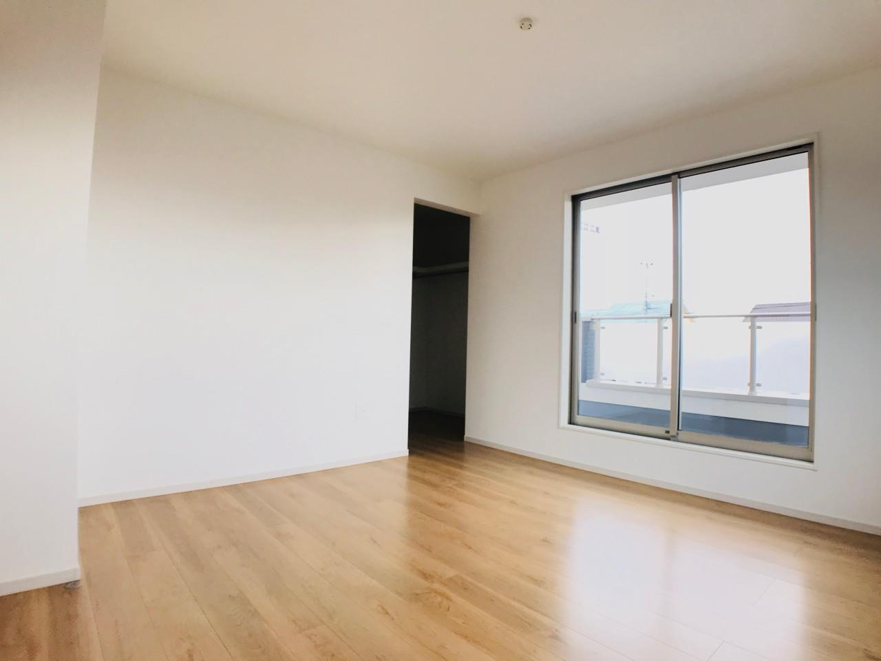 3号棟|南向き、7.8帖の主寝室。広々としたバルコニーへアクセス出来ます。