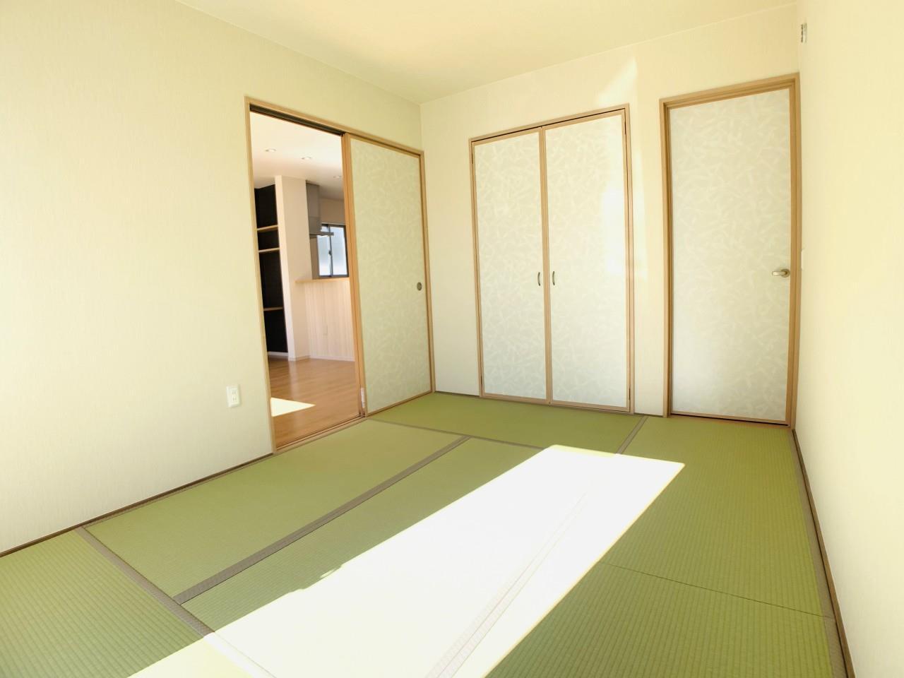 3号棟|「続き間の和室」は子育て世代にこそ適しています。お子様のお昼寝スペースや、洗濯物をたたむのに便利です。客間やリビングの延長としても◎