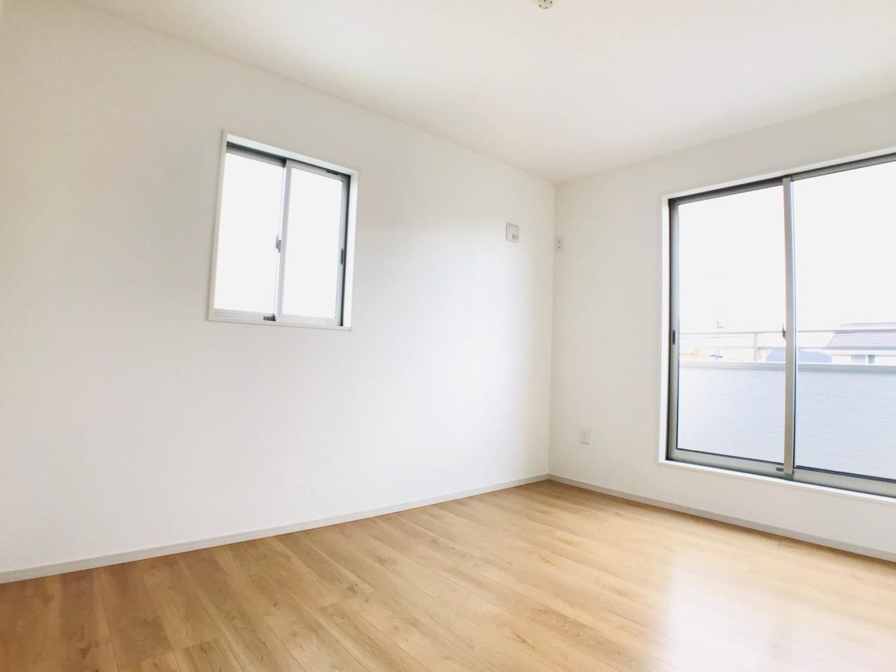 3号棟|6.5帖の洋室。窓が複数あり、風通しの良い清潔感のあるお部屋です。白い壁で間接的に部屋を明るくする工夫をしています。