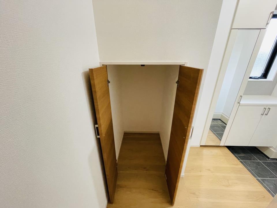 掃除用具や日用品の収納に役立つ、玄関ホール収納をご用意しました。
