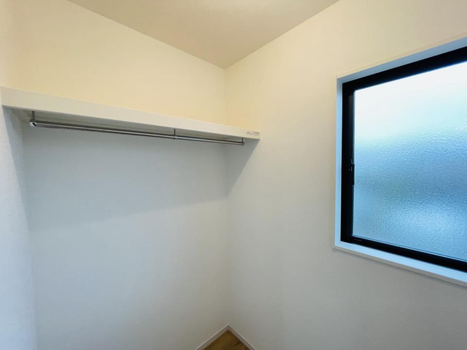 主寝室の大容量ウォークインクローゼット。お洋服だけでなくスーツケースなどもスッキリと収納できます。