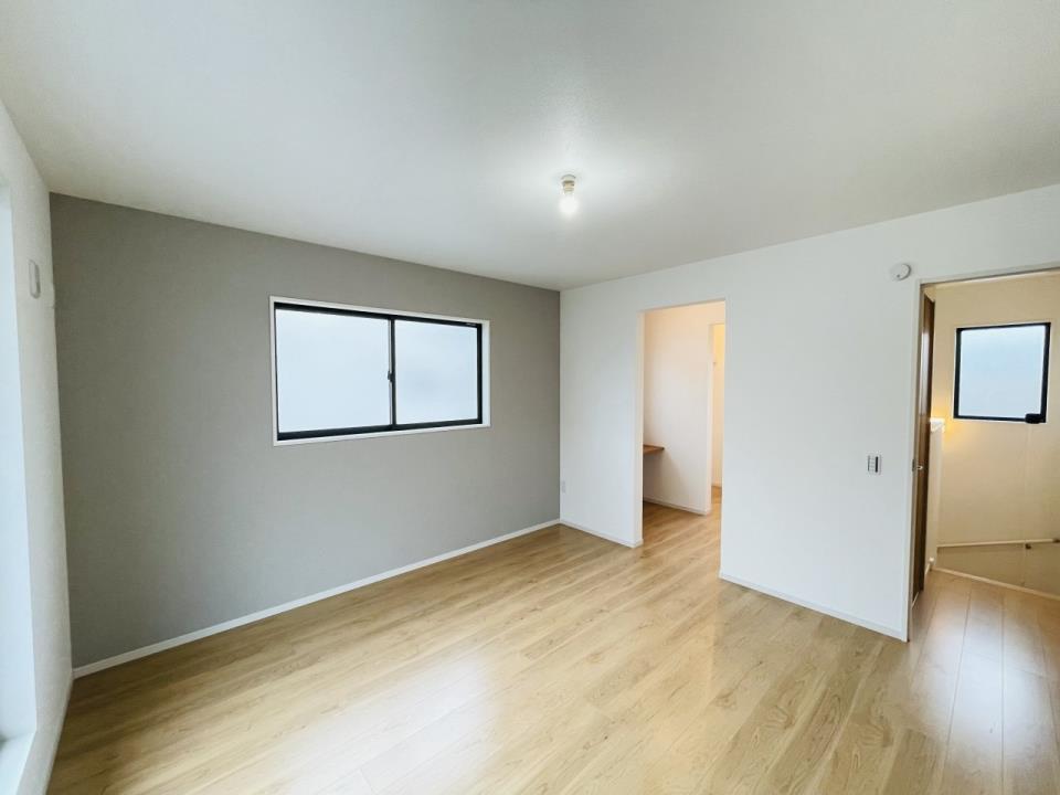 柔らかな色味のアクセントクロスがリラックス空間を彩る主寝室。広々としたバルコニーへアクセス出来ます。