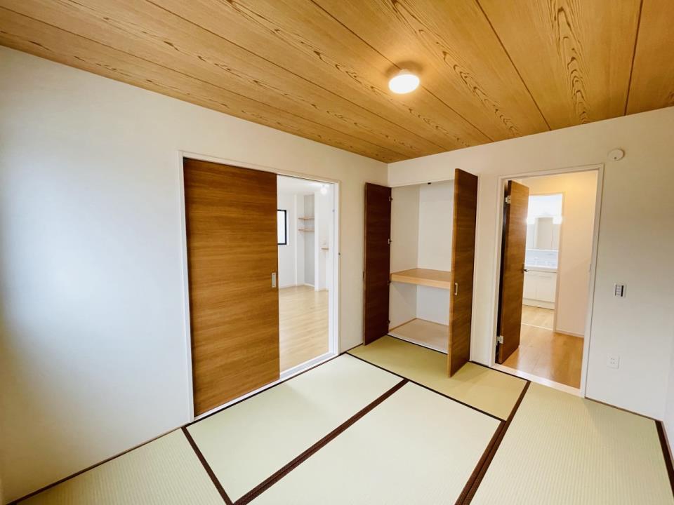 あると嬉しい1階の一部屋。お子様のお昼寝スペースや客間、お友達やご親戚のお泊り部屋としても使えます。リビング側の仕切りを閉じれば、玄関から直接ご案内できる独立和室としても利用可能です。