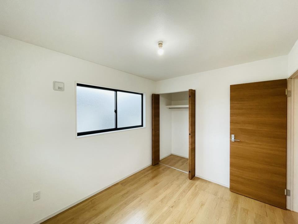お子様のお部屋としてもピッタリの収納がある5.4帖の洋室。