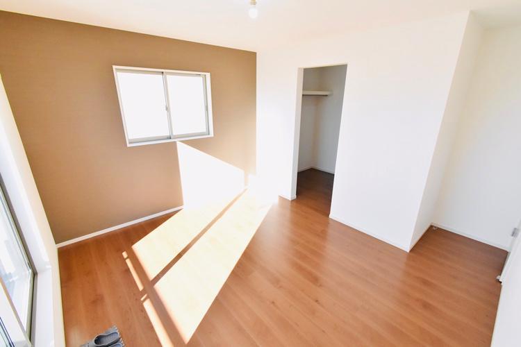 洋室(1号棟) 2階西側7.5帖の洋室です。渋みのある色合いのアクセントクロスは落ち着きと深みのある空間になります。寝室に自分らしさをプラスできるお部屋です。