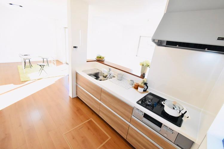 キッチン(1号棟) 家事を行いながら、家族の様子も見守れる対面式のキッチン。お手入れしやすいホーローキッチンパネルや床下収納など、デザイン性や機能性に優れた多彩な設備を備えました。