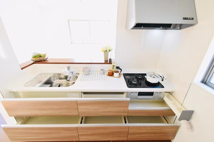 キッチン(1号棟) システムキッチンは、奥の物まで取り出しやすい引出しタイプを採用。背の高い鍋や取っ手の長いフライパンまで、スッキリ収納できます。