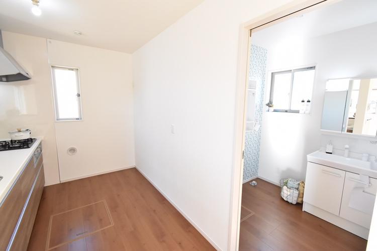 家事動線(1号棟) キッチンのすぐ吉良側には脱衣室を配置。水回り設備が集中しているので、家事の無駄な動きを軽減します。