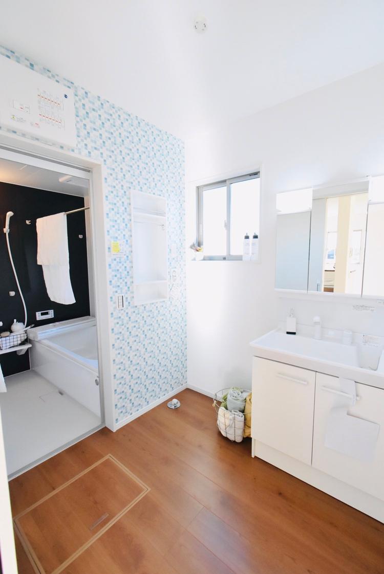 洗面台・洗面所脱衣室(1号棟) 朝の忙しい時間は、洗面台を使う時間もかぶります。そんな時に、横に2人並んでも使える広さがあるのは家族それぞれの時短につながります。