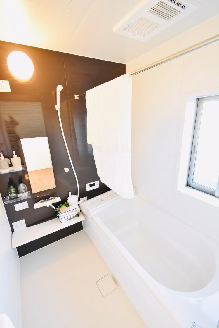 浴室(1号棟) 心地よい時間を演出するゆとりのバスルームは、1日の疲れを癒す、寛ぎのスペース。エコベンチ浴槽や冷たい感触を軽減する床素材など、エコや快適性に配慮した仕様です。