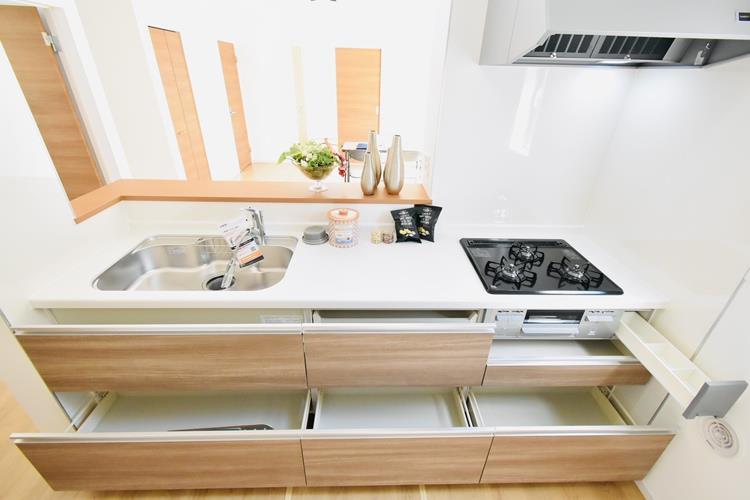 キッチン ママの腕の見せ所だからもっとステキにしたいのになかなか片付かないキッチンは、この収納力で解決。キッチンにいる時間が楽しいと、料理をもっと張り切りたくなります。