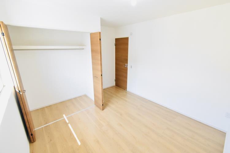 洋室(6帖) 2階中央の洋室です。2階の3部屋はすべて南向きの明るい居室となっており、日当たりも良いので一日中快適に過ごせそうです。