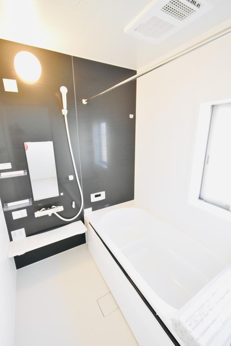 浴室(2号棟) お子さんと一緒にゆっくりと入れる、1坪サイズの広い浴室。一日の疲れを取りながら、学校や友だちの話に耳を傾ける、親子の大切なひとときが過ごせる。浴室換気乾燥機、保温浴槽も標準装備です。