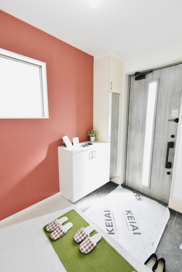 玄関(2号棟) 毎日の「いってらっしゃい」や「お帰りなさい」を大切なご家族と過ごす玄関は〈使いやすさ〉を追求しております。玄関横の物入は急な来客時でもさっとお片付けできるスペースを確保しています。