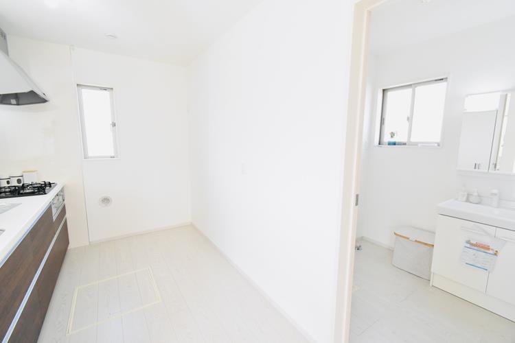 洗面台・洗面所家事動線(2号棟) キッチンのすぐ北側に脱衣室を設けました。水回りが集中していることで、無駄な動きを減らし、家事の負担を軽減します。