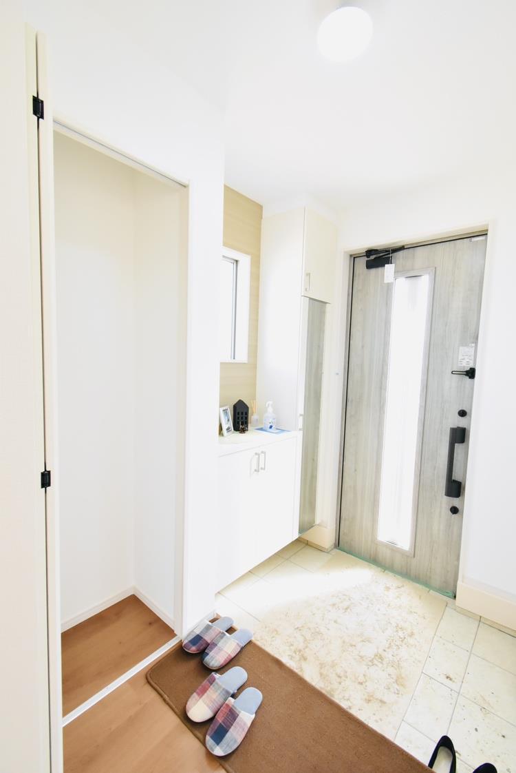 玄関(1号棟)|広々とした玄関ポーチは、お子さまの自転車やベビーカー、遊具の仮置きにも十分なスペースがあります。