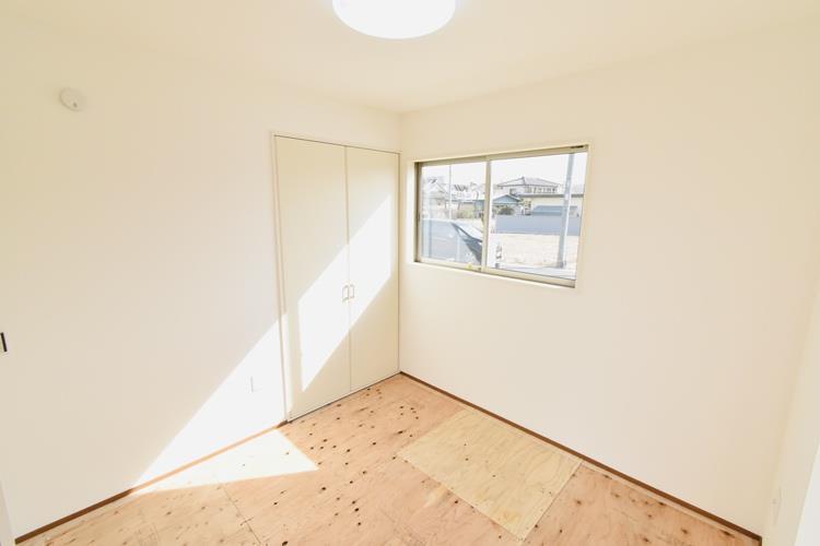 和室(1号棟)|1階リビング東側4.5帖の和室です。キッチンから目配りできるリビング続き間の和室は、お子さんのお昼寝やプレイルームとして子育て世代に人気復活。