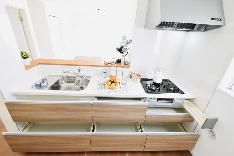 キッチン(1号棟)|システムキッチンは、奥の物まで取り出しやすい引出しタイプを採用。背の高い鍋や取っ手の長いフライパンまで、スッキリ収納できます。