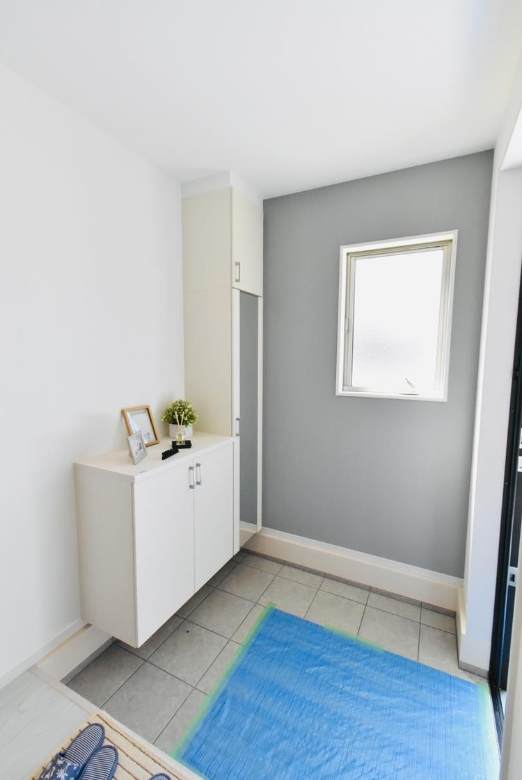 玄関|お客様を最初にお迎えする玄関は、おうちの顔ともいえる大切な場所。よく使うものをシューズボックスの上に飾りながら収納すると、使いやすく見た目もキレイ。