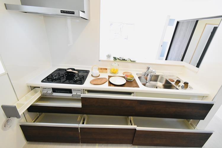 キッチン|システムキッチンは、奥の物まで取り出しやすい引出しタイプを採用。背の高い鍋や取っ手の長いフライパンまで、スッキリ収納できます。