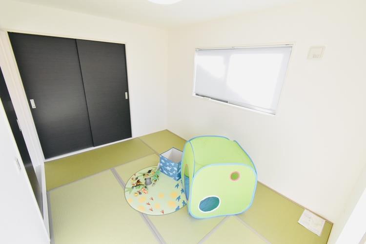 和室(6帖)|キッチンから目配りできるリビング続き間の和室は、お子さんのお昼寝やプレイルームとして子育て世代に人気復活。