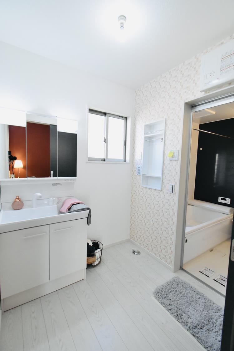 洗面台・洗面所脱衣室|朝の忙しい時間は、洗面台を使う時間もかぶります。そんな時に、横に2人並んでも使える広さがあるのは家族それぞれの時短につながります。