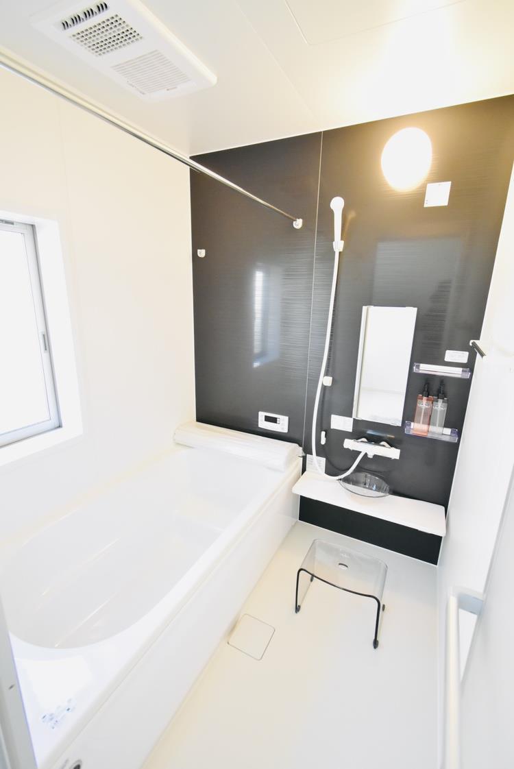 浴室|1日の疲れを癒せるお風呂♪足がのばせるほど広いお風呂にはエコベンチも搭載!小さいお子様も浅いベンチに座り一緒にお風呂へ入れます♪浴室暖房乾燥機付きなので洗濯物も乾かせます。