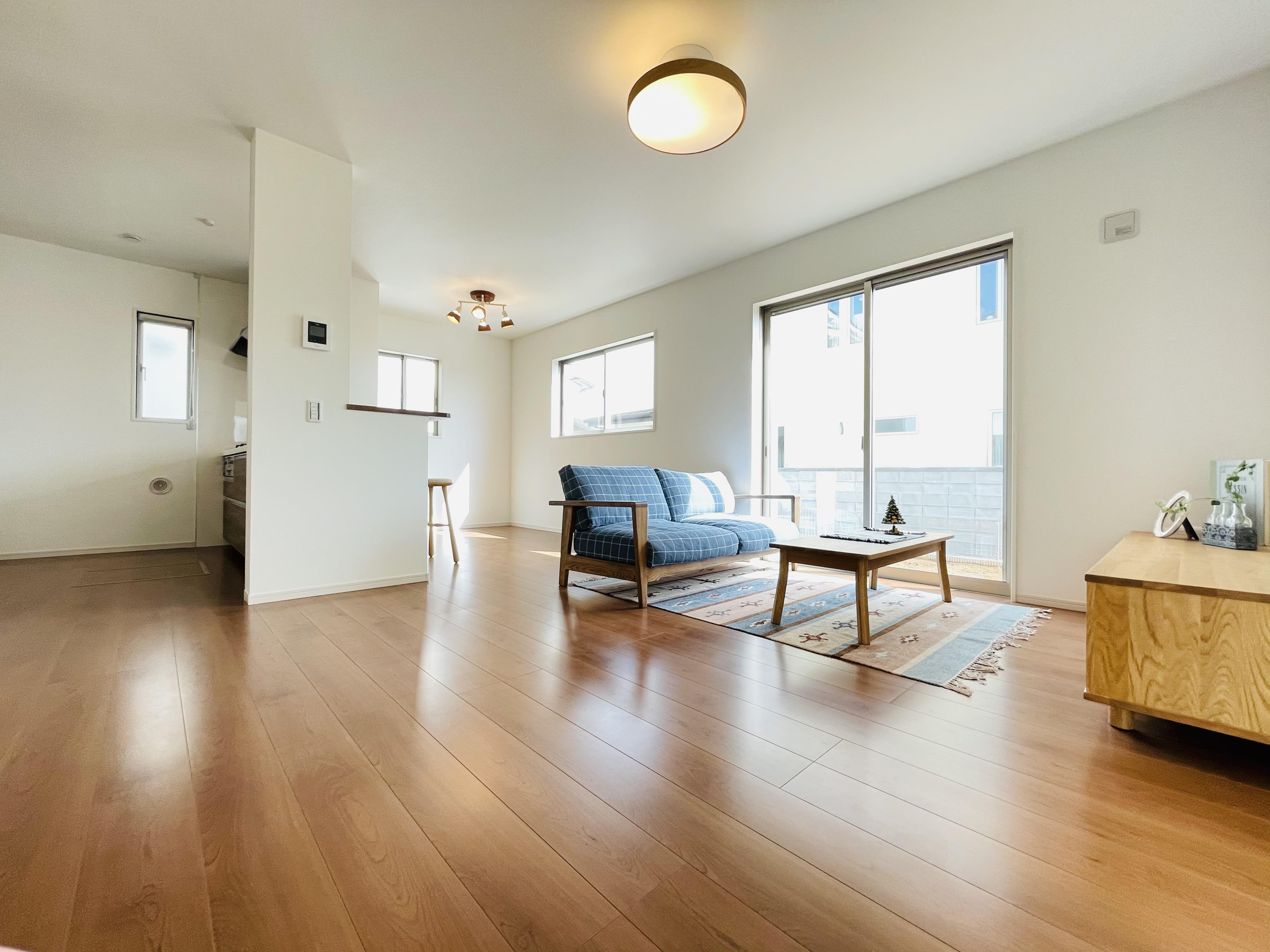 家具を選ばないシンプルなデザインのリビング。大きな掃き出し窓が光を取り込み、明るい室内です。