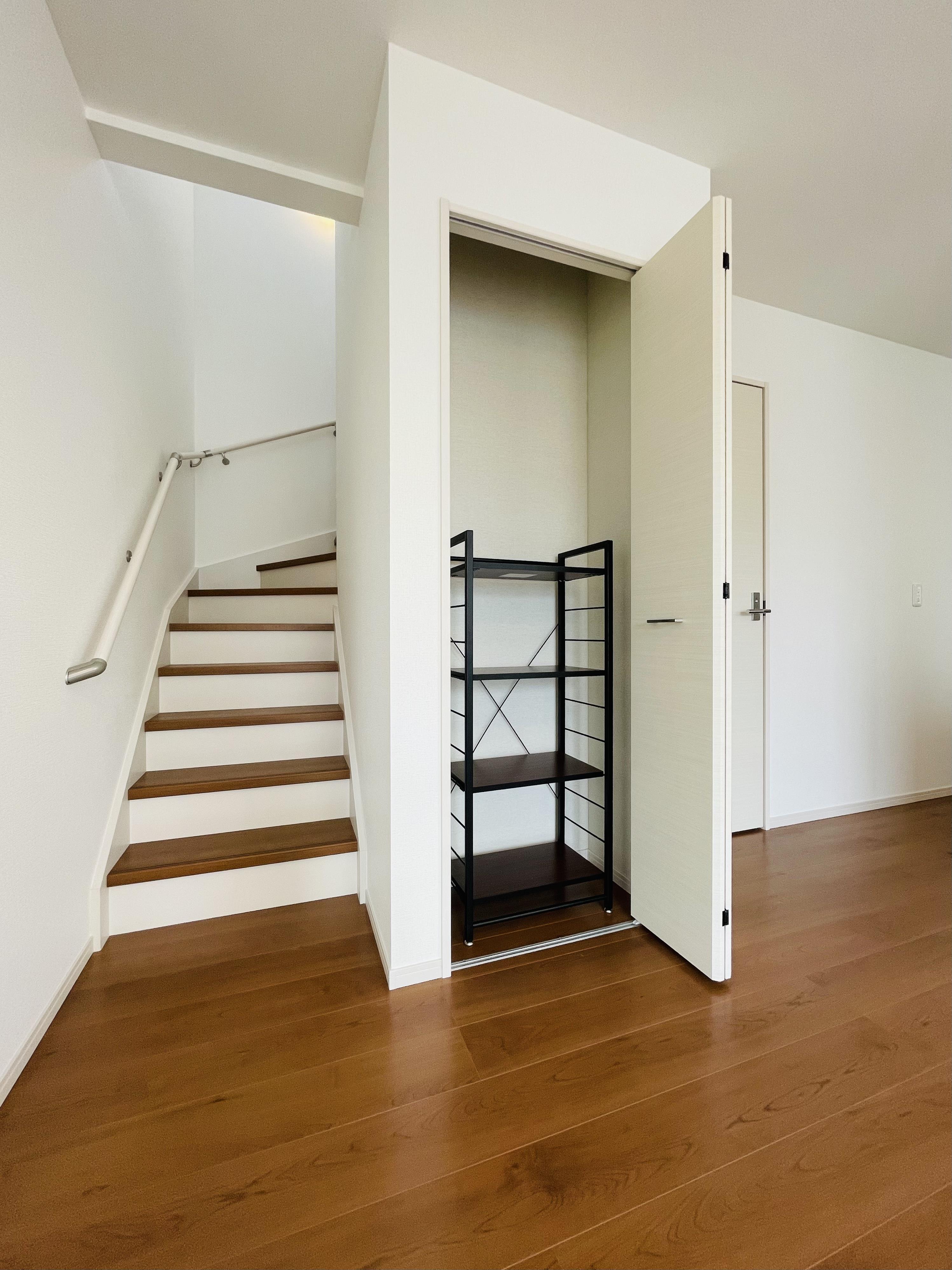 小物をまとめられるリビング収納付き。家の中心に階段がありスムーズに移動できます。