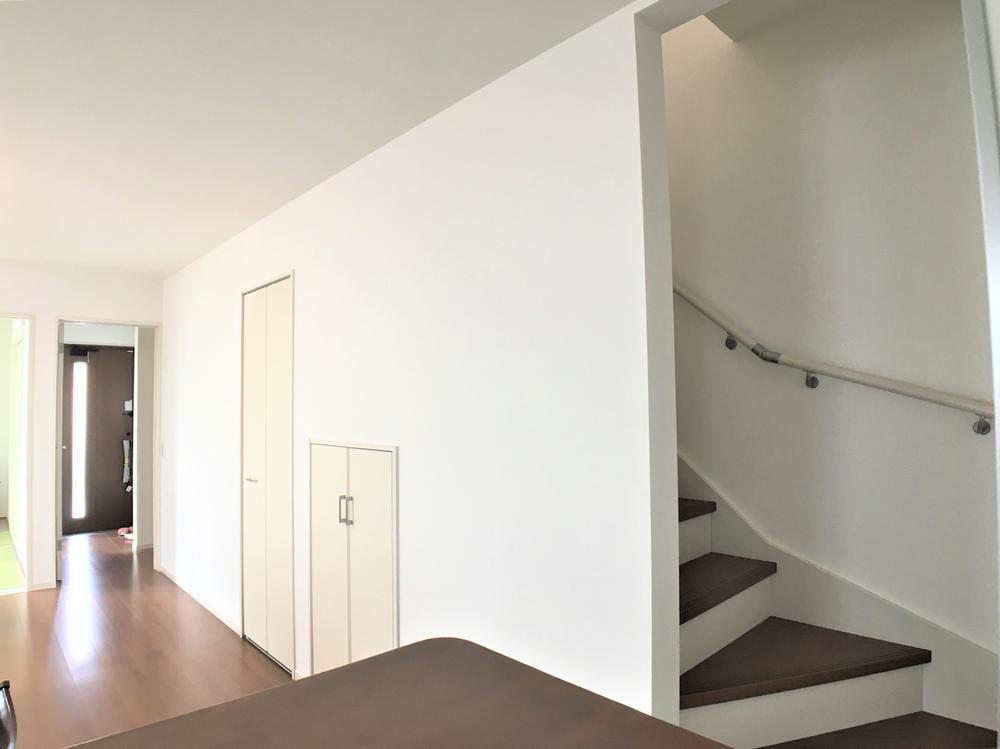 家の中心にあるリビング階段は家族のコミュニケーションや家事を助けるだけでなく、防犯対策にも。