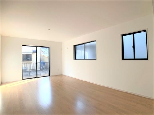 家具を選ばないシンプルなデザイン。大きな掃き出し窓が光を取り込み、明るい室内です。