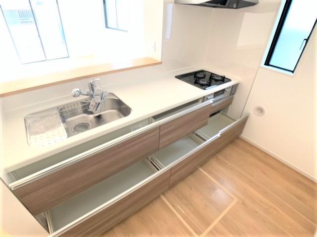 キッチンは見やすく取り出しやすいスライド収納を採用。深めのお鍋や調味料のボトルも収納できます。