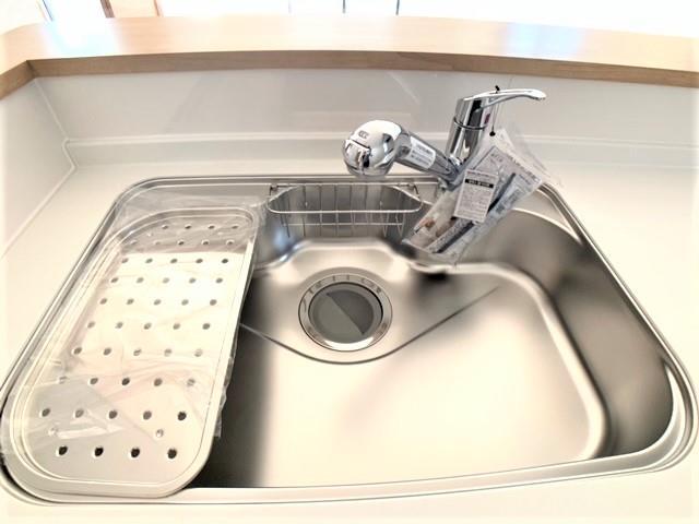 シンクは静音シンクを採用。水の跳ね返り音が抑えられ、洗い物の音で邪魔されることなく会話を楽しめます。