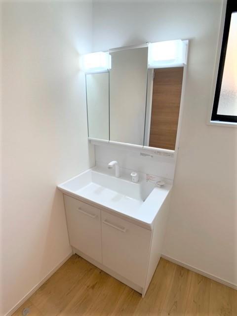 洗面台・洗面所三面鏡裏にはスキンケア用品やメイク道具などをまとめて朝の準備をスムーズに。