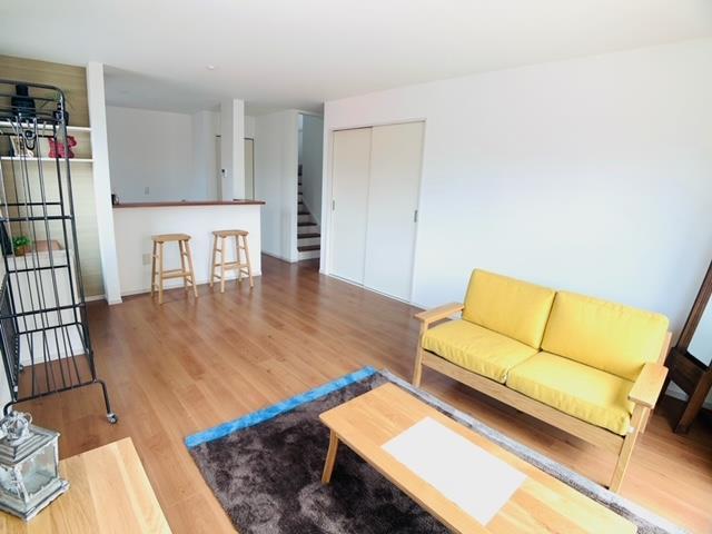 1号棟|家具を選ばないシンプルなデザインのリビング。大きな掃き出し窓が光を取り込み、明るい室内です。