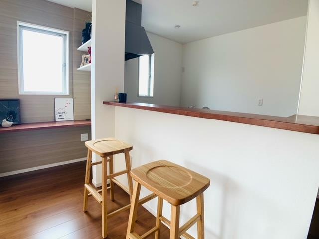 1号棟|広めのキッチンカウンターはおやつや軽めのお食事の場としても。お子様とコミュニケーションをとりながらお料理ができます。