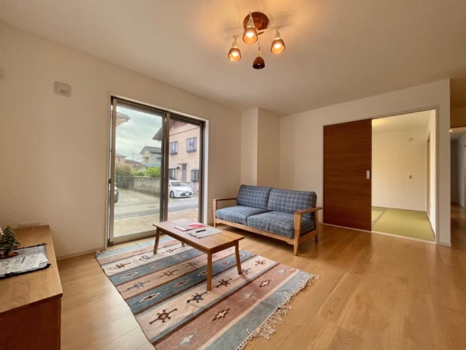 2号棟|シンプルな内装はどんな家具ともぴったり。お好みのテイストに仕上げていくのも戸建ならでは楽しみの一つです。