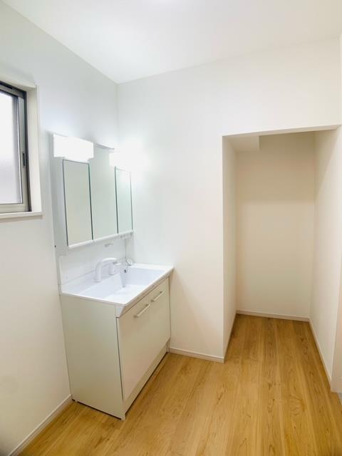 洗面台・洗面所2号棟|タオルや下着をまとめて置けるリネンスペース。お子様だけの入浴準備を助ける、あると嬉しい空間です。