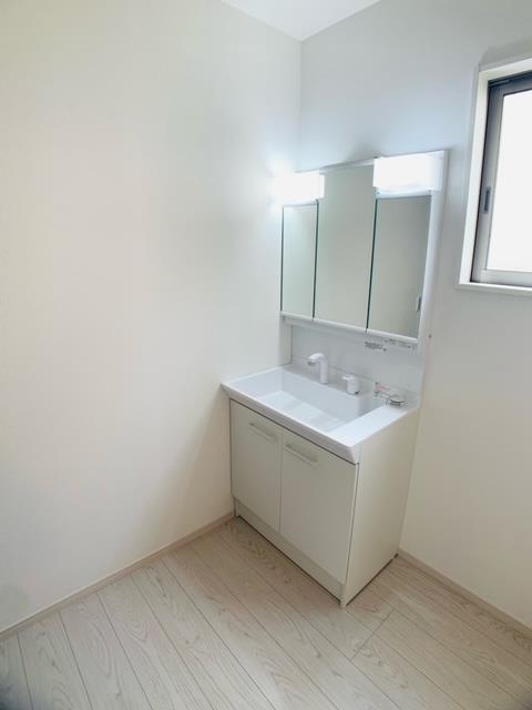 洗面台・洗面所3号棟 三面鏡裏にはスキンケア用品やメイク道具などをまとめて朝の準備をスムーズに。
