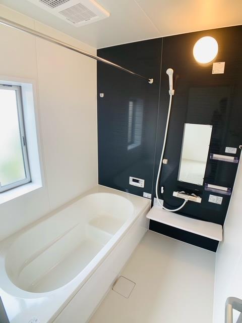 3号棟 お子様やご年配の方の入浴を助けるエコベンチ浴槽。うれしい節水効果もあります。
