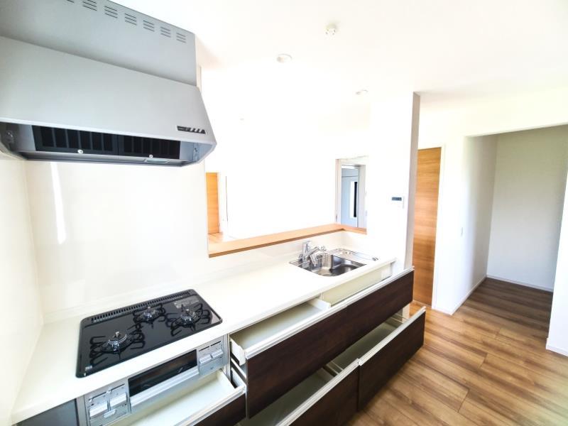 室内(2021年8月20日)撮影  5号棟  リビングダイニングの見渡しがよく、作業のはかどる広々キッチン♪  約1.5帖分のパントリー完備♪