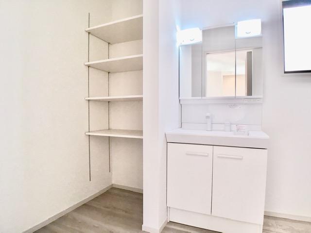 洗面台・洗面所1号棟  三面鏡の裏には小物がしまえる収納スペースがございます!散らかりがちな洗面台をいつもすっきりと使えますね
