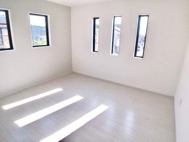 リビング以外の居室◇2号棟◇  窓からたくさん明るい光が差し込みます!