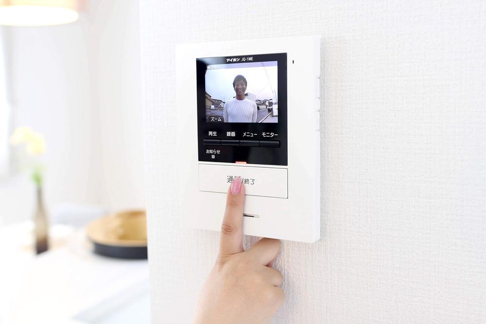 その他設備(TVモニター付インターホン)【TVモニター付インターホン】  留守中の来訪者画像をモニターに録画・保存できる録画機能を内蔵。帰宅後、モニター画面で確認できます。防犯性に優れた安心のシステム。スッキリとしたデザインで、誰でも簡単に操作していだけます。  ※写真は当社施工例です。設備内容については物件により異なります。