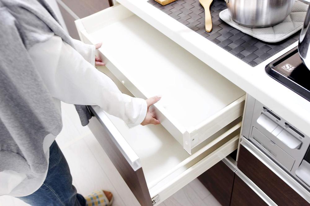 その他設備(スライド収納)【スライド収納】  レンジ下やキッチンカウンターの下部には、調理器具や調味料などがすっぽり収まり、出し入れも簡単なスライド収納。  ※写真は当社施工例です。設備内容については物件により異なります。