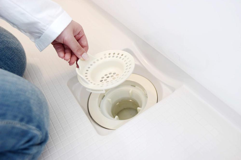 その他設備(ヘアキャッチャー)ヘアキャッチャー】  髪の毛や石鹸カスなどをキャッチ。排水パイプの詰まりを防ぎ、いやな臭いの発生も抑えます。  ※写真は当社施工例です。設備内容については物件により異なります。