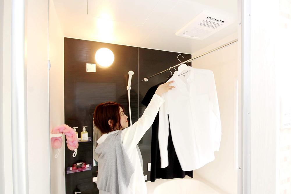 その他設備(浴室乾燥暖房機)【浴室乾燥暖房機(1)】  入浴後の水滴や湿気を排出し、カビの発生や臭いを抑制する換気乾燥暖房機。雨の日の洗濯物にも効果的です。  ※写真は当社施工例です。設備内容については物件により異なります。        【浴室乾燥暖房機(2)】  暖房機能付きの浴室乾燥機は、冬場の寒い浴室を入浴前に暖めてヒートショックを起こす可能性を抑えられます。  ※写真は当社施工例です。設備内容については物件により異なります。